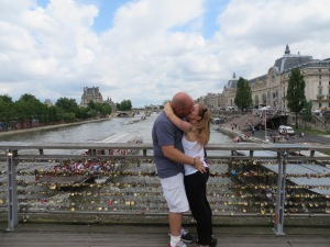 A smooch on the River Seine!